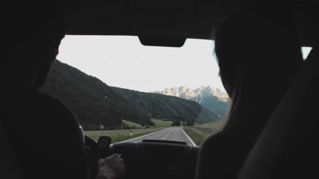 vidéos et rushes de mini van se déplaçant sur la route de montagne pendant l'été - remote location