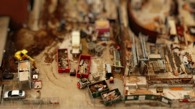 miniature construction site from above. time-lapse tilt-shift toy look - 小さな像点の映像素材/bロール