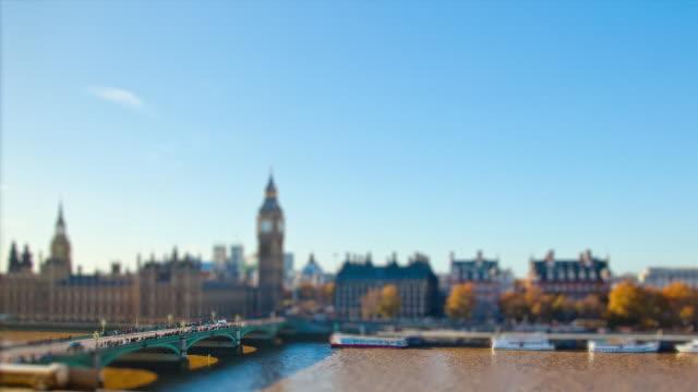 vídeos y material grabado en eventos de stock de miniature london - big ben, parliament, westminster pier, embankment bridge in tilt shift look - tilt shift