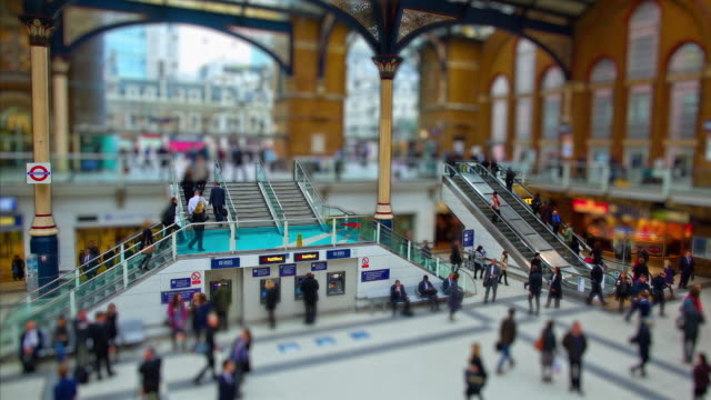 miniature london -  liverpool street station inside during a busy work day in the city of london - tilt shift technik stock-videos und b-roll-filmmaterial