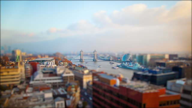 vídeos y material grabado en eventos de stock de miniature london -  the famous tower of london with the city hall and boats on the thames - tilt shift