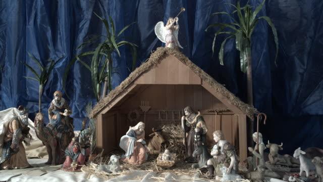 vídeos y material grabado en eventos de stock de zi, cu, miniature nativity scene in church, manhattan beach, california, usa - reyes magos