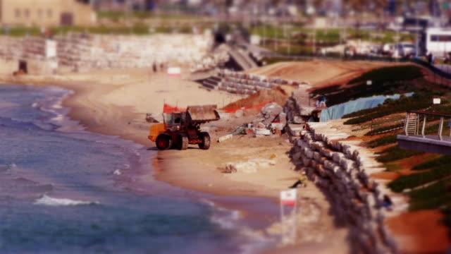 miniature tilt shift effect - bulldozer at the beach - spoonfilm stock-videos und b-roll-filmmaterial