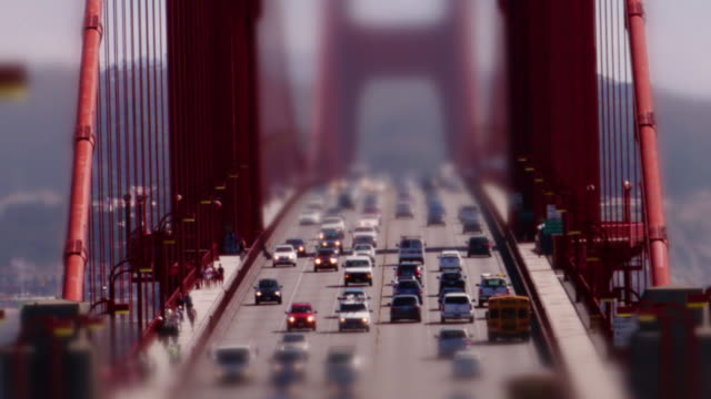vídeos de stock, filmes e b-roll de miniature tilt-shift effect of golden gate bridge. zoom in close on traffic. - golden gate bridge
