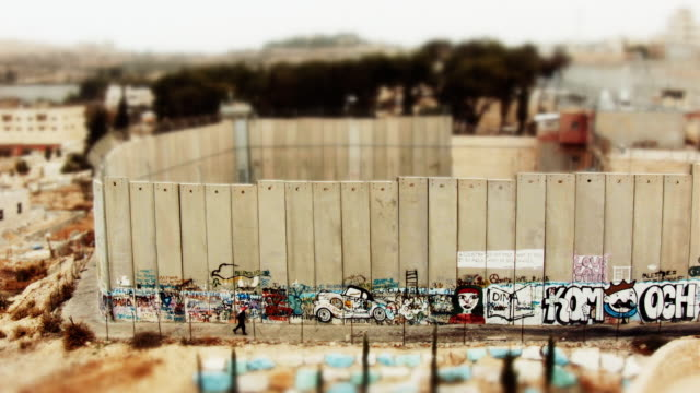 vídeos de stock e filmes b-roll de miniature tilt-shift effect of the israeli west bank barrier - muro circundante