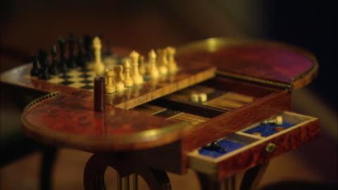 vídeos y material grabado en eventos de stock de miniaturised late victorian scene, chess table, dolls house, leonardslee gardens, west sussex, uk - estilo victoriano
