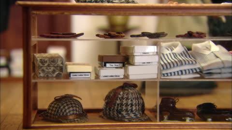 vídeos y material grabado en eventos de stock de miniaturised late victorian scene, clothes, dolls house, leonardslee gardens, west sussex, uk - estilo victoriano