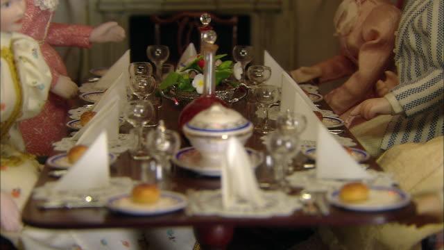 vídeos de stock, filmes e b-roll de miniaturised late victorian scene, dinner table, dolls house, leonardslee gardens, west sussex, uk - estilo século dezenove