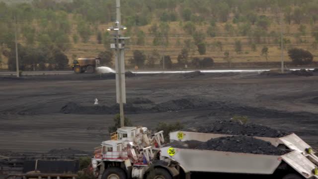 vidéos et rushes de camions d'exploitation minière à l'usine de traitement - digging