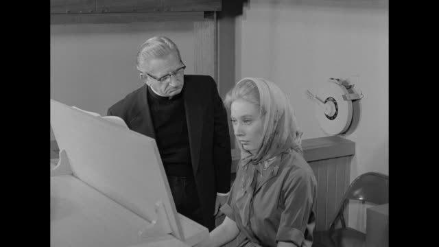 vidéos et rushes de 1962 a minister forces a woman to resign after she plays a sacrilegious song on the organ - prêtre
