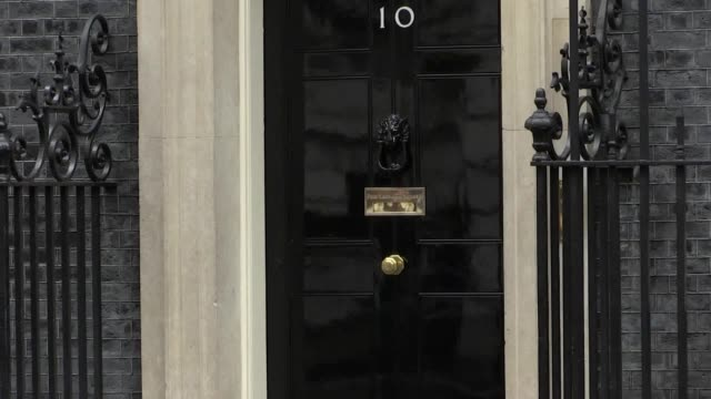 ministers arrive in downing street as theresa may holds a cabinet meeting at number 10 to try to break the deadlock over brexit. the prime minister... - prime minister点の映像素材/bロール