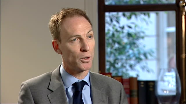 ministry of defence announces more than 5000 army job cuts jim murphy interview england london int jim murphy mp interview sot reaction to army job... - ministero della difesa video stock e b–roll