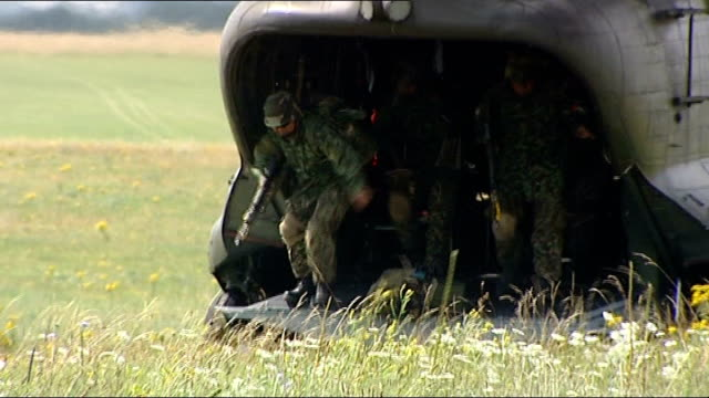 ministry of defence announces more than 5000 army job cuts lib / tx location unknown ext soldiers running out of back of military plane and across... - ministero americano della difesa video stock e b–roll