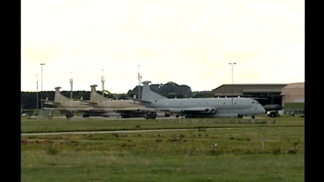 ministry of defence under pressure to reform closed military justice system t04090609 / tx scotland raf kinloss ext long shots of raf nimrod aircraft... - 国防省点の映像素材/bロール