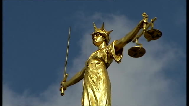 ministry of justice warns of job cuts; england: london: ext close shot of scales of justice statue on top on old bailey - 正義の天秤点の映像素材/bロール