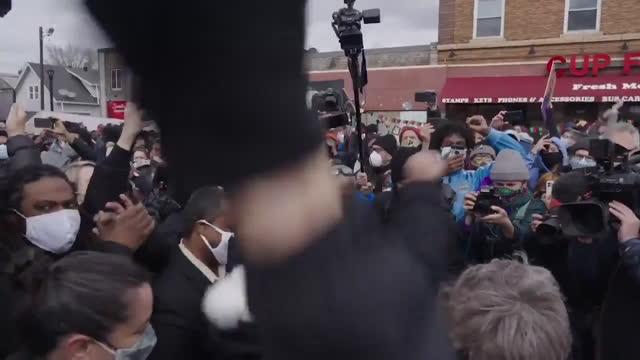 minneapolis streets erupt in elation over guilty verdicts for derek chauvin in george floyd's death on april 20 in minneapolis, minnesota. - dom bildbanksvideor och videomaterial från bakom kulisserna