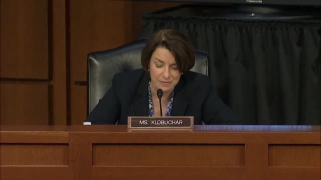 minnesota senator amy klobuchar argues at a senate judiciary committee business meeting to report the supreme court nomination of amy coney barrett... - vacancyサイン点の映像素材/bロール