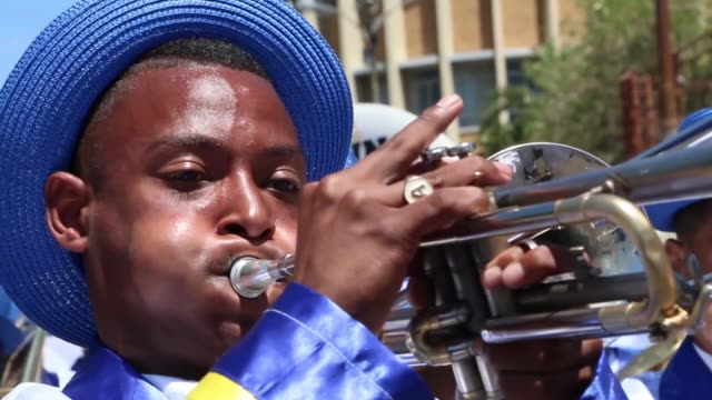 vídeos y material grabado en eventos de stock de minstrel troupes march in the city centre of cape town during the annual tweede nuwe jaar cape town minstrels carnival on january 2 2018 juvie boy... - ciudad del cabo