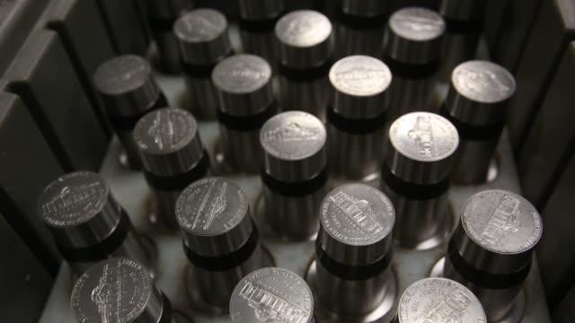 mint - philadelphia, pa on july 17, 2013 in philadelphia, pennsylvania - 造幣機械点の映像素材/bロール