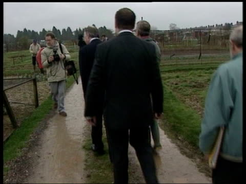 minute claim not significant; itn hampshire: eastleigh: michael howard mp along during visit to allotments michael howard mp interview sot - he... - massenvernichtungswaffe stock-videos und b-roll-filmmaterial