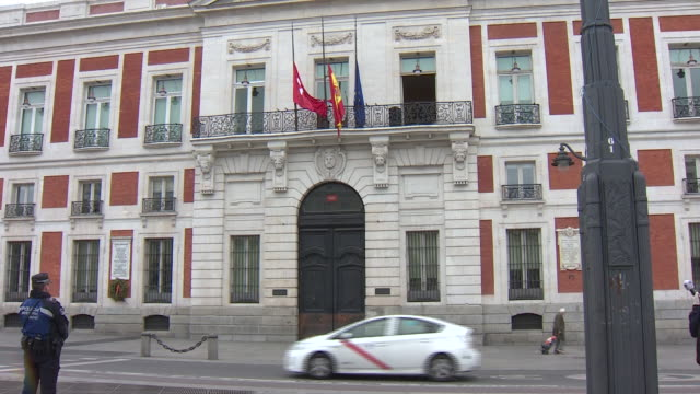 vídeos de stock e filmes b-roll de minute of silence, with the flags at half-mast, which was held at puerta del sol, after the regional president, isabel diaz ayuso, decreed mourning... - luto