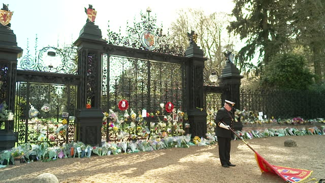 """minute's silence observed outside sandringham house, norfolk, in tribute to prince philip on the day of his funeral - """"bbc news"""" stock-videos und b-roll-filmmaterial"""