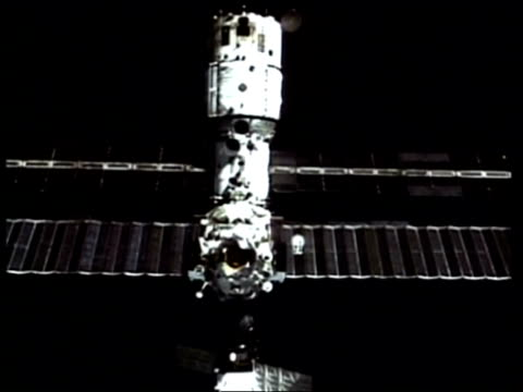 ms mir space station, as seen from space shuttle - mir space station stock-videos und b-roll-filmmaterial