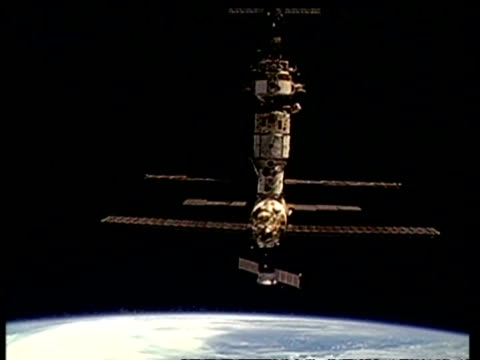 mwa mir space station, from space shuttle, nasa - mir space station stock-videos und b-roll-filmmaterial
