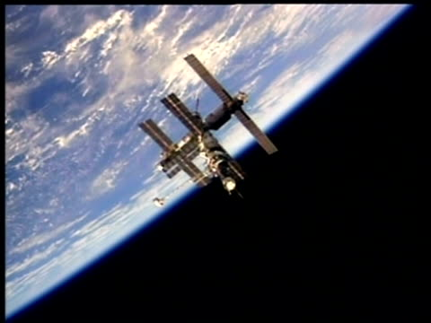 wa mir space station orbiting earth, nasa - mir space station stock-videos und b-roll-filmmaterial