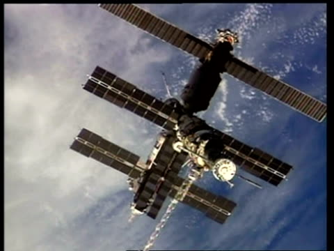 mwa mir space station orbiting earth, nasa - mir space station stock-videos und b-roll-filmmaterial
