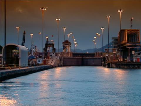 ms mira flores locks at dusk, panama canal - パナマ運河点の映像素材/bロール