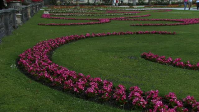 tu, ms, mirabell gardens and schloss mirabell, salzburg, austria - stilrichtung des 17. jahrhunderts stock-videos und b-roll-filmmaterial