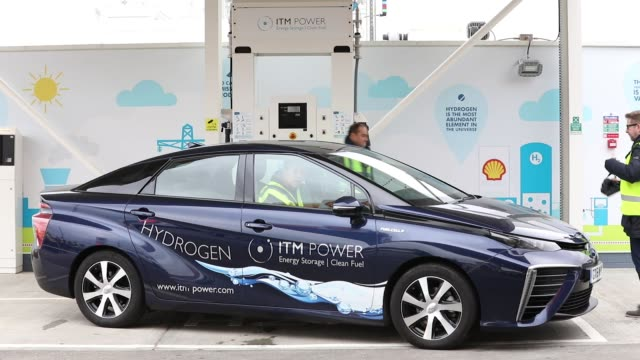 vídeos de stock, filmes e b-roll de a mirai hydrogen fuel powered automobile manufactured by toyota motor corp sits on the forecourt at royal dutch shell plc's first uk hydrogen... - hidrogênio