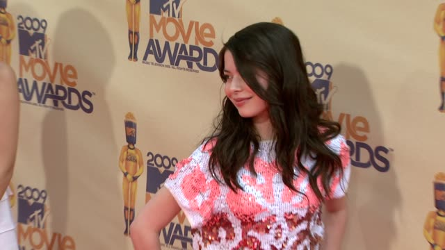miranda cosgrove at the 18th annual mtv movie awards at universal city ca - universal city video stock e b–roll