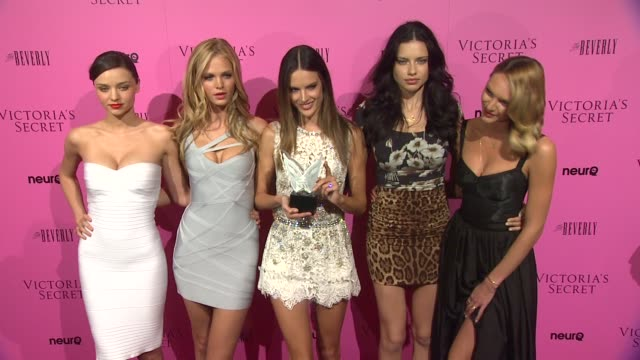 vídeos de stock, filmes e b-roll de miranda kerr erin heatherton alessandra ambrosio adriana lima candice swanepoel at the victoria's secret 6th annual 'what is sexy list bombshell... - adriana lima