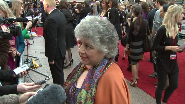 vídeos de stock e filmes b-roll de miriam margolyes at the how to lose friends and alienate people london premiere at london - miriam margolyes