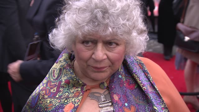 vídeos de stock e filmes b-roll de miriam margolyes on jk rowling literacy getting over the end of harry potter and more at the harry potter and the deathly hallows part two world... - miriam margolyes