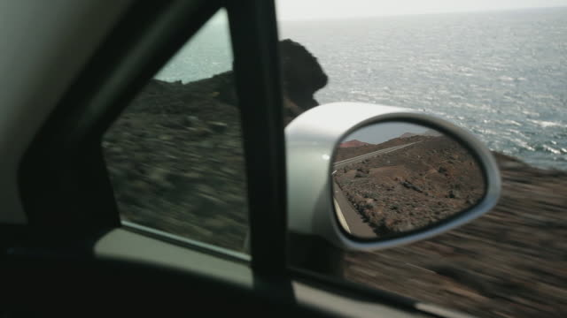 vídeos y material grabado en eventos de stock de cu mirror of moving car near los hervideros, lanzarote, canary islands - retrovisor exterior