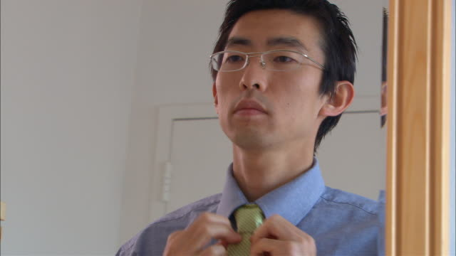 cu, mirror reflection of man adjusting tie - 鏡点の映像素材/bロール