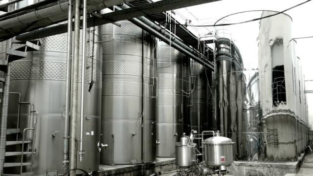 Spiegel-Tanks von eine moderne Kellerei