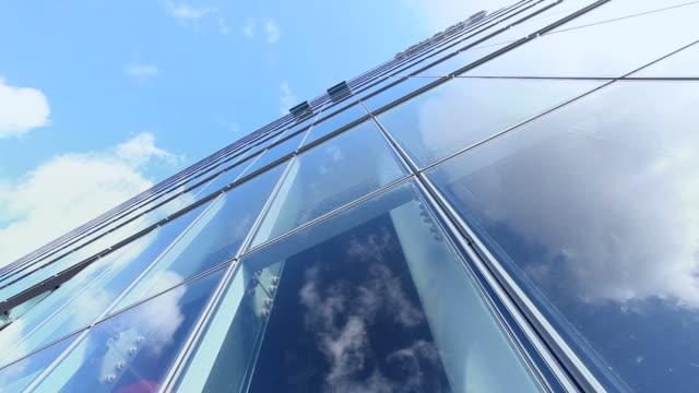 Verspiegelte vor einem Wolkenkratzer-Zeitraffer