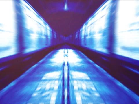 mirrored image of train entering station - 空気力学点の映像素材/bロール