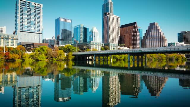 vídeos de stock e filmes b-roll de mirrored reflections austin texas cityscape skyline morning sunshine - town
