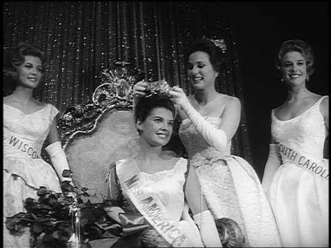vídeos de stock, filmes e b-roll de miss america being crowned by 1962 miss america - beauty queen