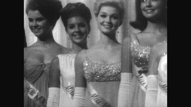 vídeos de stock, filmes e b-roll de miss america contestants stand in a row on stage wearing formal gowns / women walk the stage in bathing suits / winner debra dene barnes sitting in... - contestant