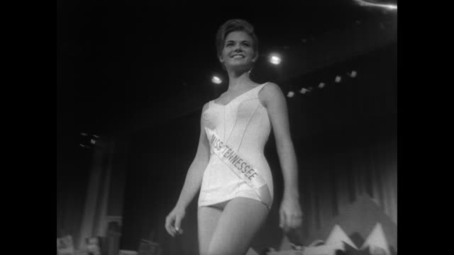 vidéos et rushes de miss america contestants walk and pose on stage in bathing suits / seated serious crowd / finalists in ball gowns / miss oklahoma jane anne jayroe... - 1966