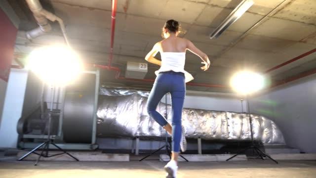 vídeos de stock e filmes b-roll de miss beauty contest warm up ballet dance stretch - mulher bonita