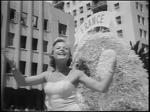 stockvideo's en b-roll-footage met miss france blowing kisses from float in miss universe beauty parade / long beach ca - spelkandidaat