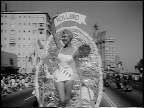 stockvideo's en b-roll-footage met miss holland waving from float in miss universe beauty parade / long beach ca / newsreel - spelkandidaat