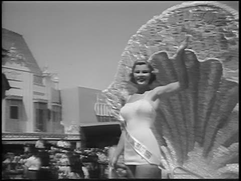 vidéos et rushes de miss universe contestant blowing kisses from float in parade / long beach ca / news - concurrent